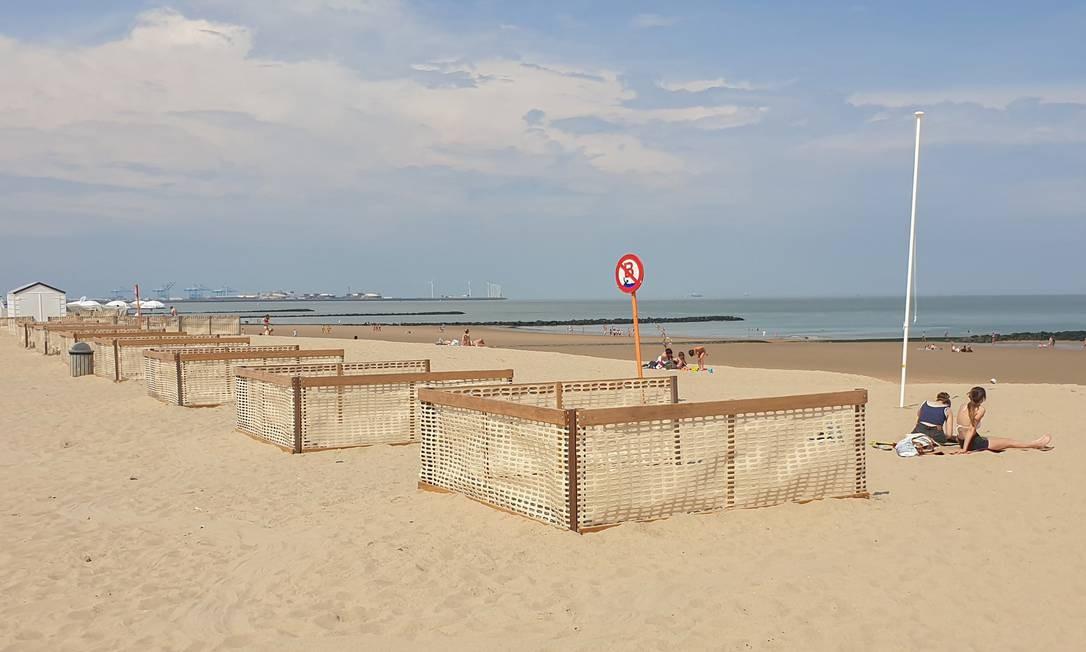 Em Knokke-Heist, Bélgica, cercados feitos com madeira e telas servem para garantir regras de distanciamento socia Foto: CLEMENT ROSSIGNOL / REUTERS