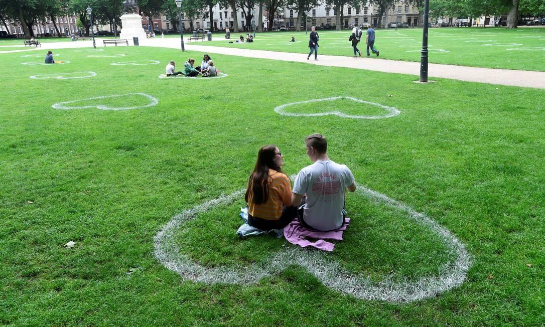 Corações foram pintados na grama da Queen Square, em Bristol, Grã-Bretanha, para manter o distanciamento dos visitantes e evitar a propagação do novo coronavírus Foto: REBECCA NADEN / REUTERS