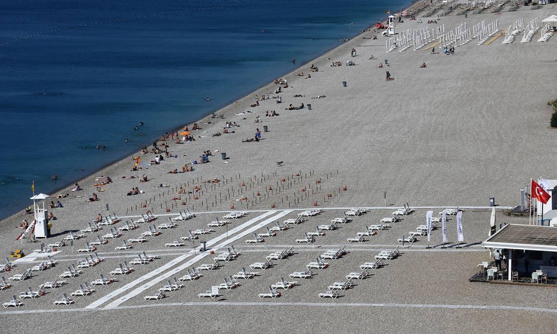 Espreguiçadeiras alinhadas respeitando o distanciamento social na praia de Konyaalti, na cidade turística de Antalya, na Turquia Foto: KAAN SOYTURK / REUTERS