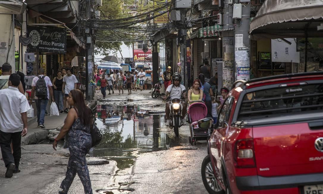 Rua do Amparo: fica neste endereço, em Rio das Pedras, o CEP que acumula mais casos e mortes pelo novo coronavírus na capital; local é conhecido pelo grande movimento e pelas enchentes em dias de chuva Foto: Guito Moreto em 11-4-2017 / Agência O Globo