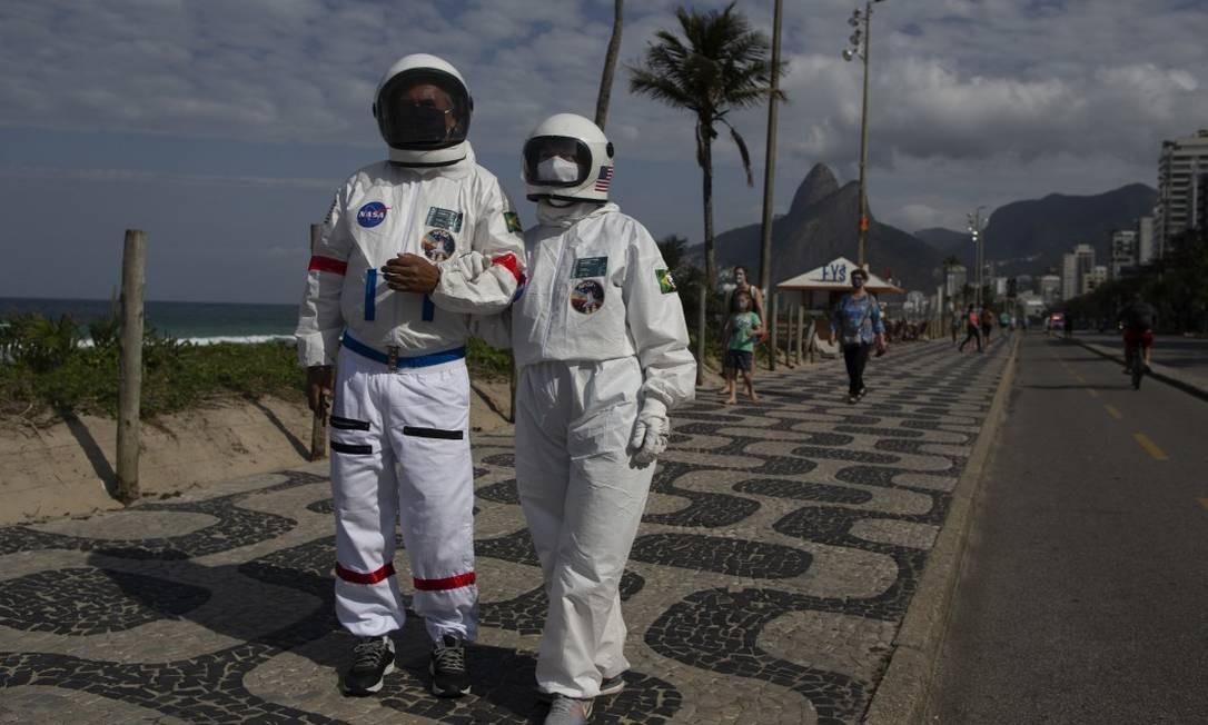 Tércio Galdino e Alicea Lima usam proteção da cabeça aos pés em meio à pandemia do coronavírus Foto: Márcia Foletto / Agência O Globo