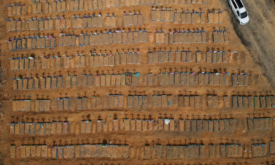 Vista aérea de ala dedicada a mortos por coronavírus em cemitério no Amazonas Foto: Bruno Kelly/Reuters/26-6-2020