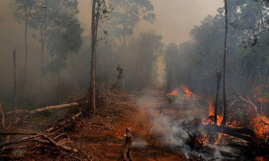 Bombeiro combate incêndio em floresta no Mato Grosso Foto: Amanda Perobelli/Reuters/4-9-2019