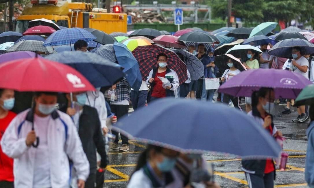 Em Wuhan, estudantes chegam a centro onde vestibular chinês foi aplicado Foto: STR / AFP / 7-7-2020