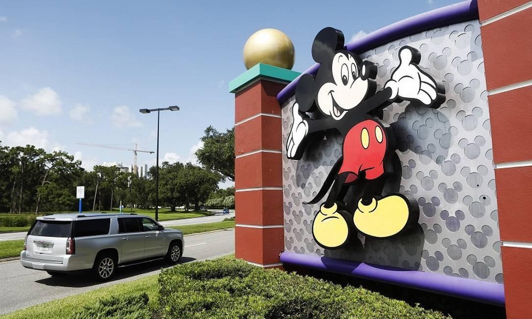 Cartaz com Mickey Mouse na entrada do Walt Disney World: reabertura será sábado Foto: Octavio Jones / AFP