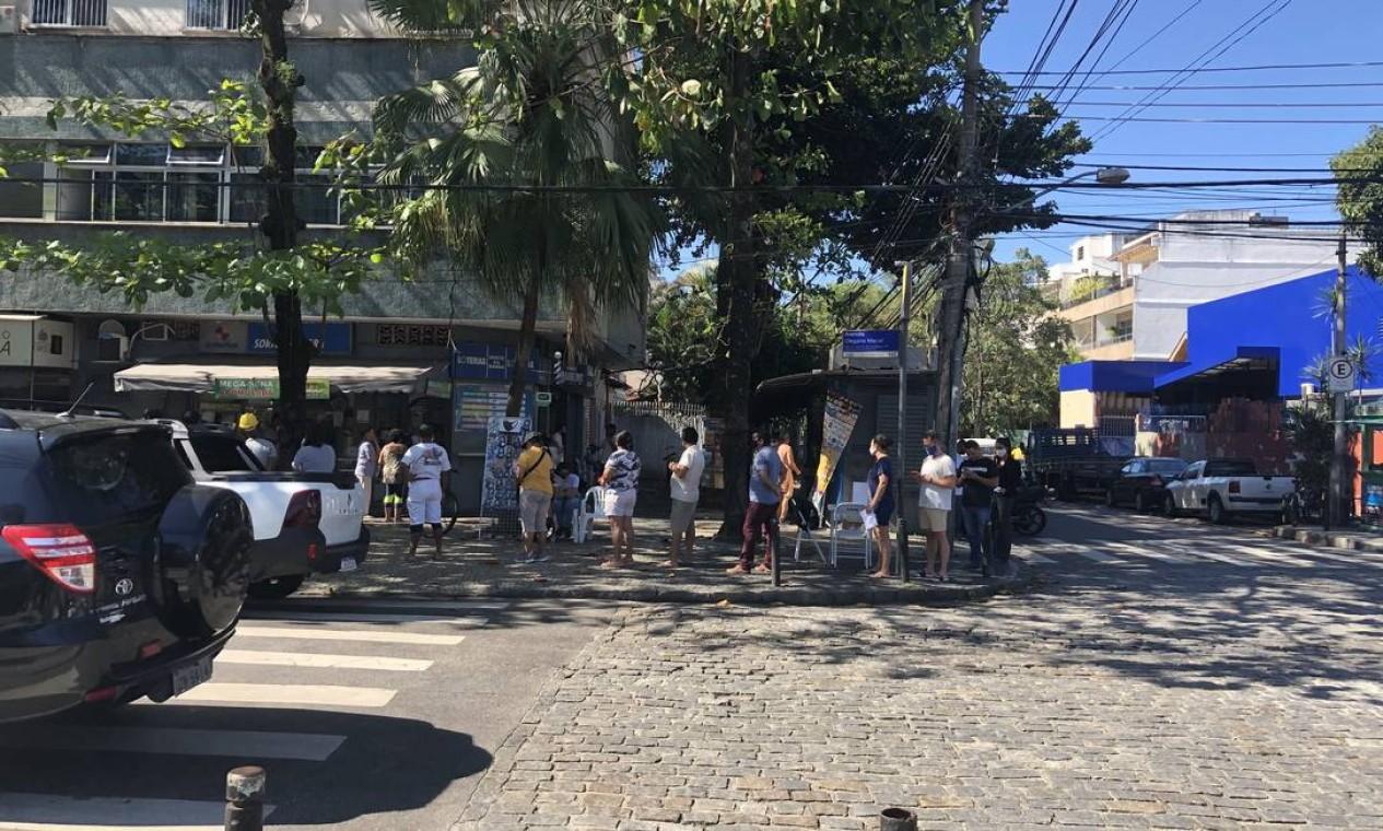 Avenida Olegário Maciel, na Barra, na manhã da última quarta (08/07/20), com fila para as lotéricas. Bancos também tiveram filas no horário de almoço Foto: Danilo Perelló / Danilo Perelló