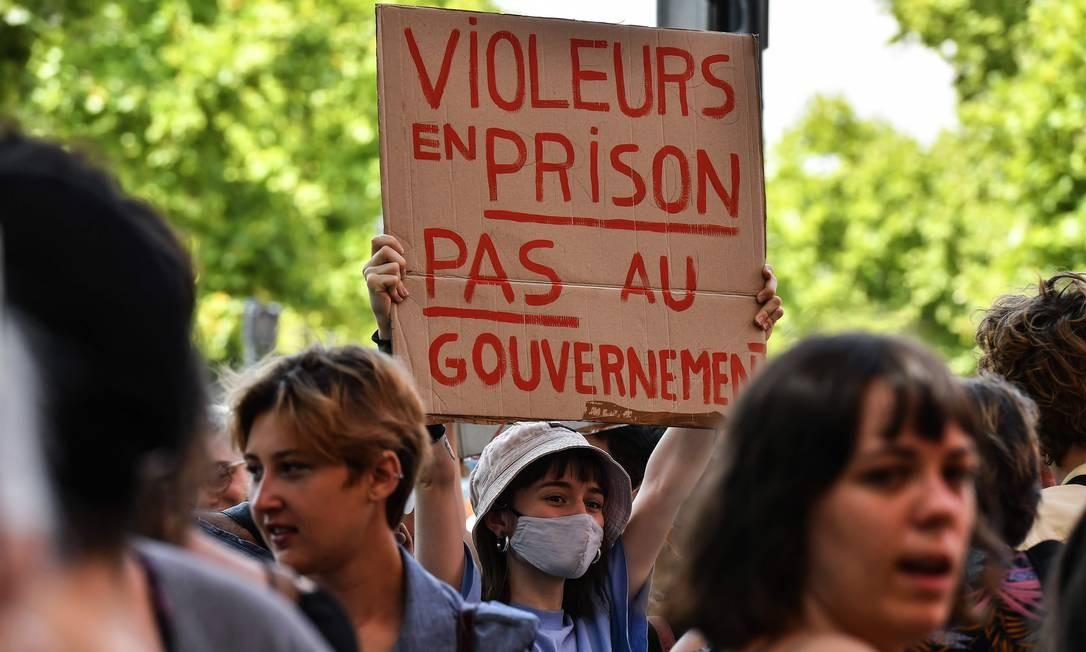 """Mulher, usando máscara de proteção, segura cartaz que diz: """"estupradores na prisão e não no governo"""", durante manifestação no tribunal de Toulouse, sudoeste da França Foto: GEORGES GOBET / AFP"""