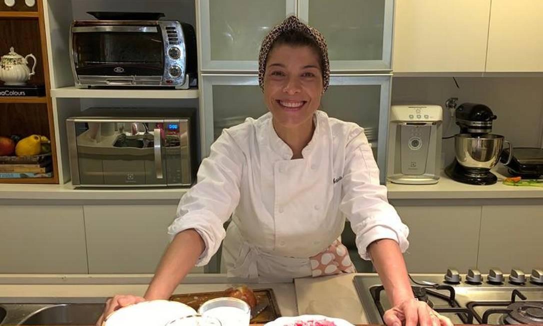 A chef Marcia Areias ensinou a preparar uma lasanha durante live Foto: Divulgação