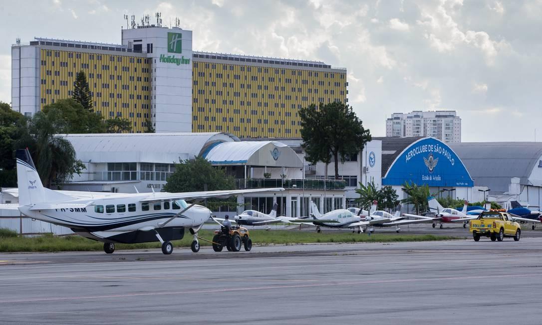 A ANP vistoriou a qualidade do combustível comercializado em aeroportos, inclusive no Campo de Marte, em São Paulo Foto: Edilson Dantas / Agência O Globo