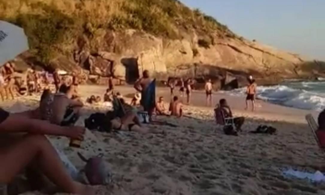 Frequentadores desrespeitam regras sanitárias no Sossego no domingo passado: banho de sol e lazer estão proibidos Foto: Reprodução/Internet