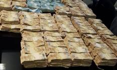 O dinheiro foi encontrado em endereços em nome do ex-secretário Edmar Santos Foto: Divulgação