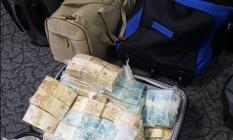 Dinheiro foi encontrado em malas dentro do carro do ex-secretário de Saúde, Edmar Santos Foto: Divulgação