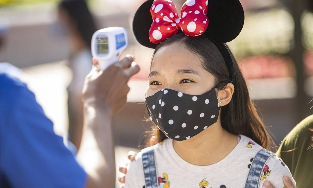 Visitate tem sua temperatura medida na entrada do parque Magic Kingdom, parte do Walt Disney World, na Flórida Foto: David Roark / Disney Parks / Divulgação