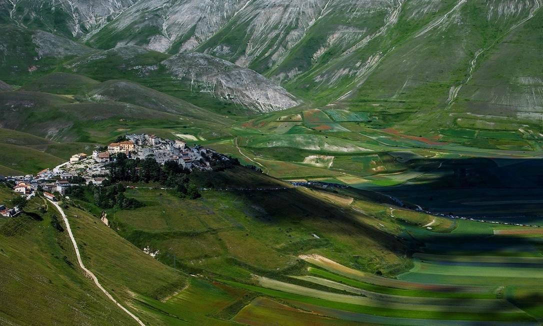 O vilarejo de Castelluccio de Norcia, cercado pelos Montes Sibillin e com os campos de lentilhas a seus pés Foto: TIZIANA FABI / AFP