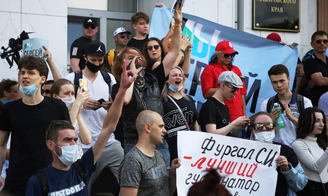 Manifestante a favor do governador de Jabarovsk, Serguei Furgal, acusado de assassinato Foto: ALEKSANDR KOLBIN / REUTERS