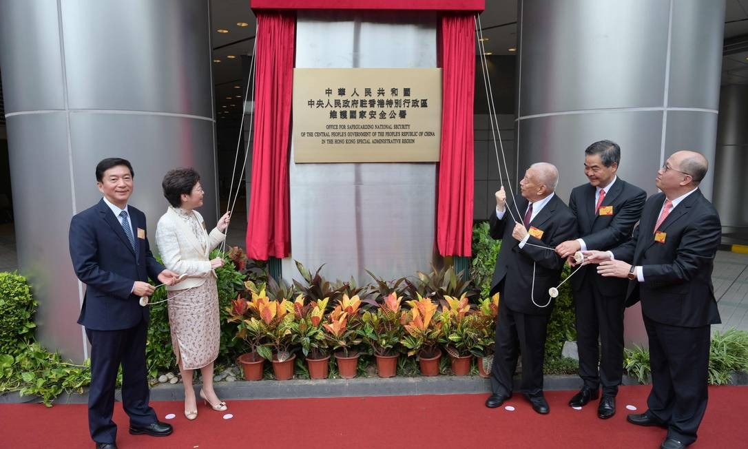 A chefe do Executivo de Hong Kong, Carrie Lam, e autoridades chinesas e locais inauguram a sede do novo Escritório de Proteção da Segurança Nacional, que será dirigido por Zheng Yanxiong, o último à direita na foto Foto: Serviço de Informação de Hong Kong / AFP