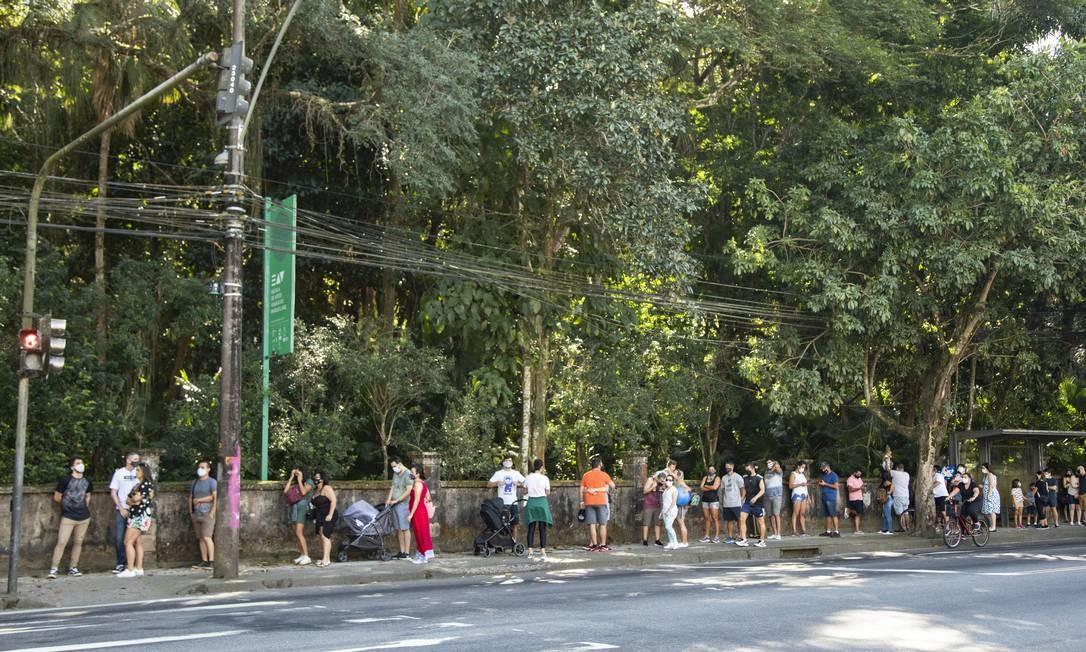 Fila na porta do Parque Lage no primeiro domingo pós-reabertura das áreas de lazer Foto: Ana Branco / Agência O Globo