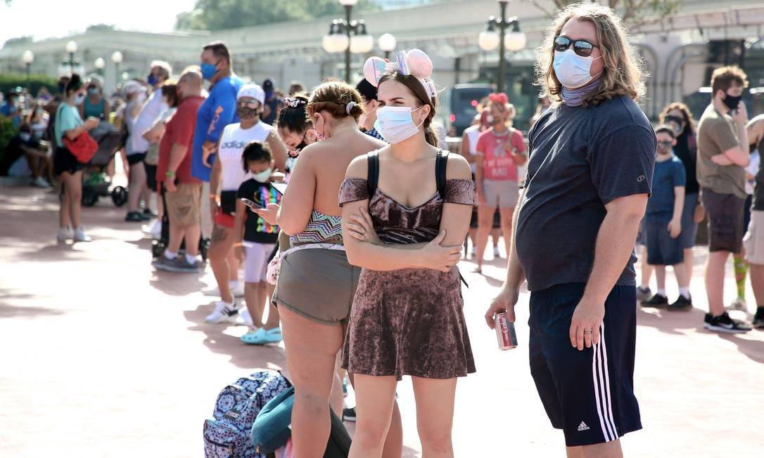 Pessoas se aglomeram em parque temático da Walt Disney World, reaberto no último sábado (11), em Orlando, na Flórida Foto: GREGG NEWTON / AFP