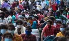 Pessoas se aglomeram em estação de trem em Chennai, na Índia, depois do governo flexibilizar o lockdown nacional em meio A`pandemia Foto: ARUN SANKAR / AFP