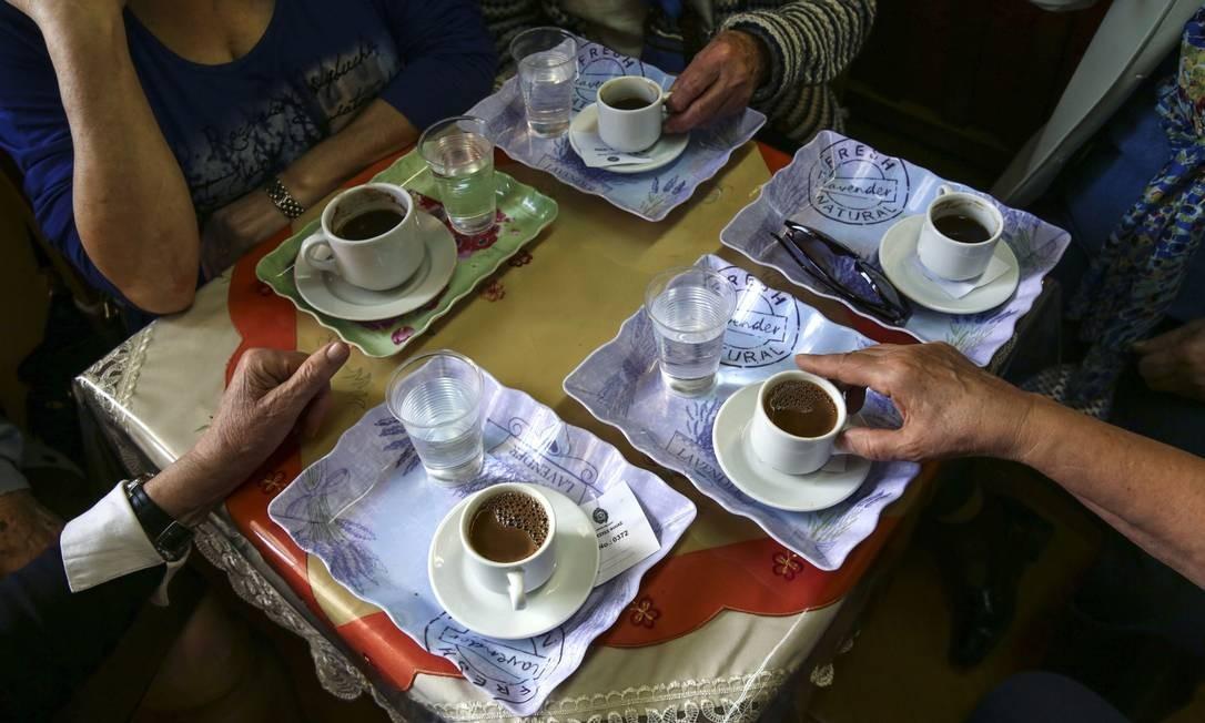 Aspecto social: pedir um café por delivery não é o mesmo que ir a uma cafeteria Foto: Yorgos Karahalis / Bloomberg