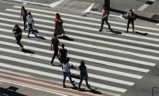 Sao Paulo, SP, Brasil, 06/04/2020 - Movimento carros, motos e pedestres na Avenida Paulista (altura da Rua Augusta) por volta das 13h dessa segunda-feira. Foto: Filipe Redondo / O Globo Foto: Filipe Redondo / Agência O Globo
