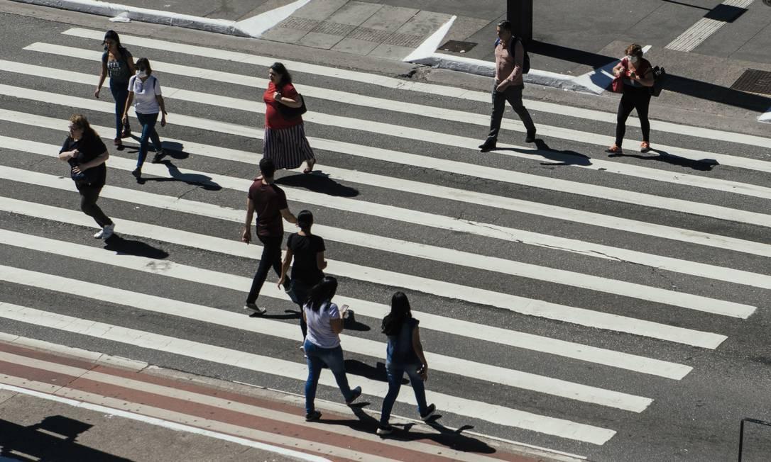 Pedestres atravessam a Avenida Paulista, na altura da Rua Augusta Foto: Filipe Redondo / Agência O Globo