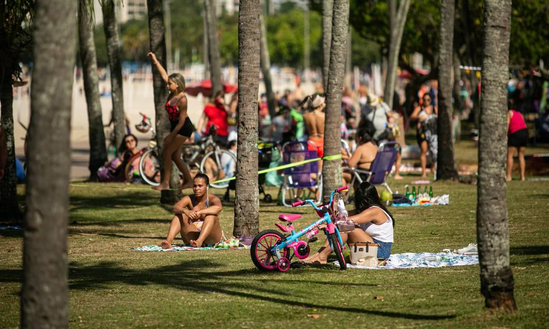 Pessoas tomam banho de sol no Parque do Flamengo sem a proteção e sem muito distanciamento Foto: Agência O Globo