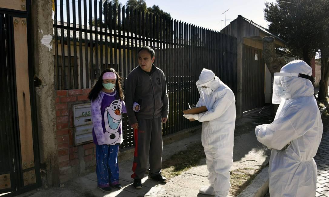 Agentes de saúde fazem visitas na região de El Alto para checar possíveis casos de Covid-19 Foto: AIZAR RALDES / AFP / 04-07-2020
