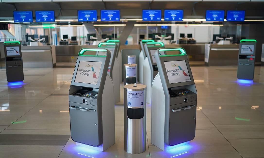 Lenços higienizantes disponíveis ao lado de terminais de autoatendimento no aeroporto de LaGuardia, em Nova York Foto: Chang W. Lee / The New York Times