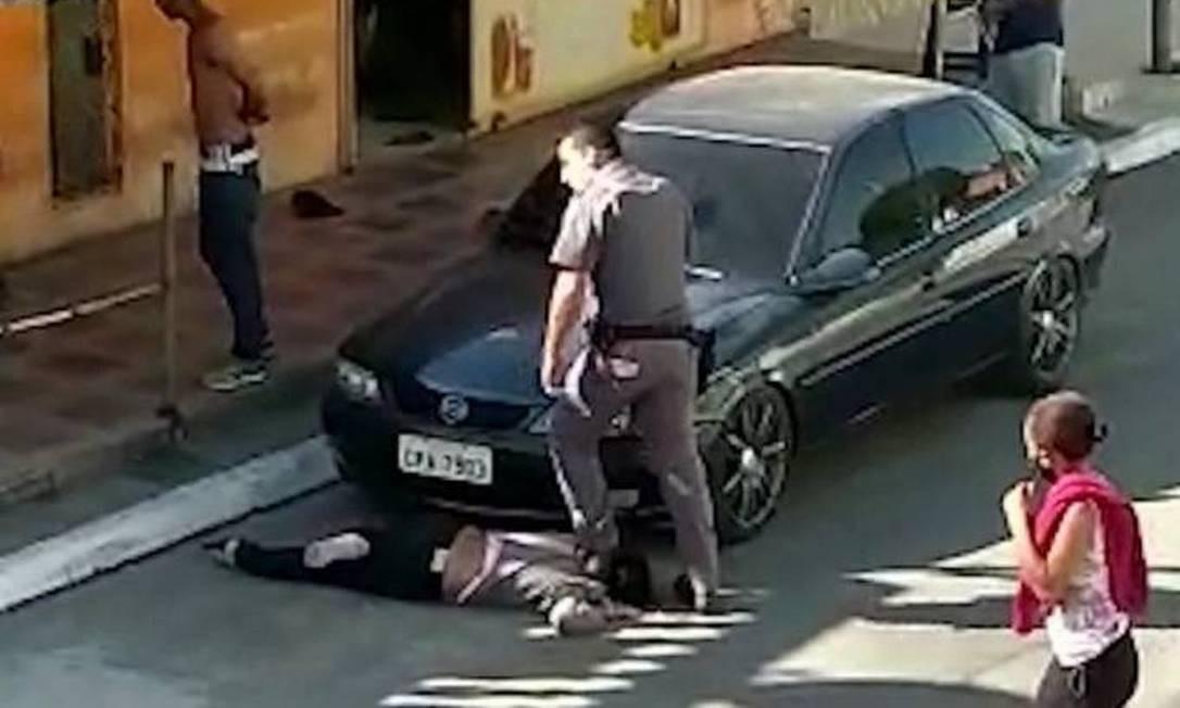 Vídeo mostrou PM pisando no pescoço de mulher negra de 51 anos Foto: Reprodução