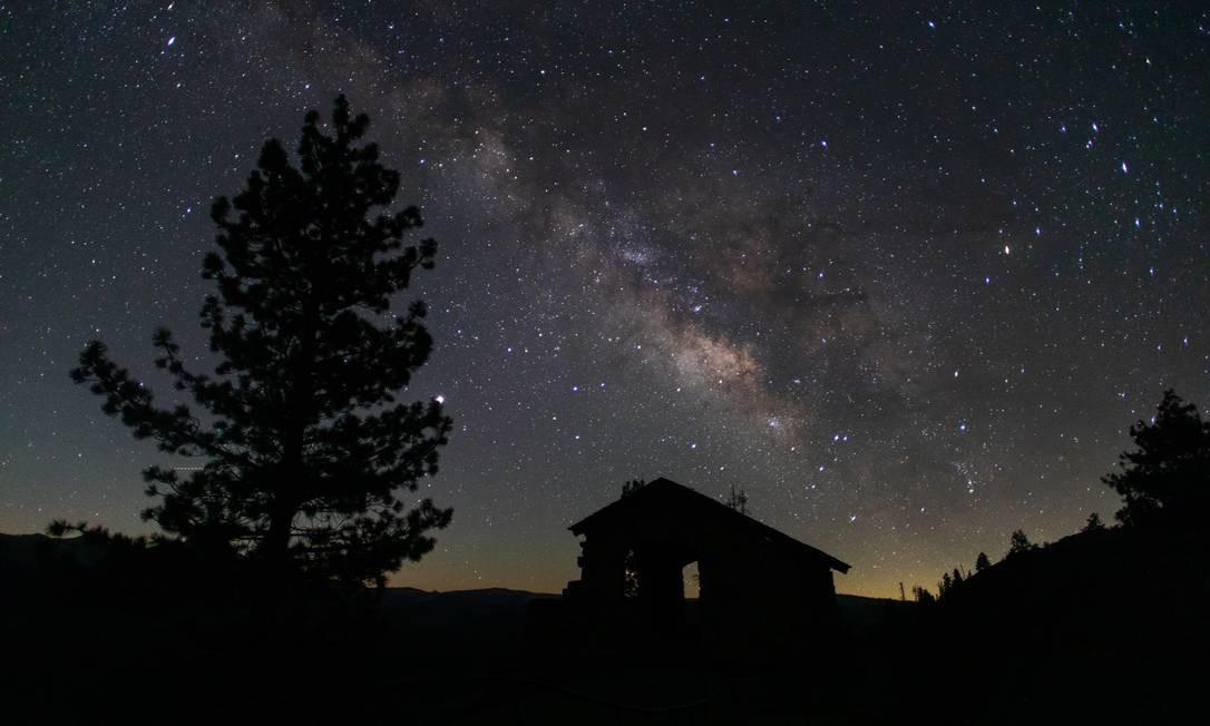 Constelações se destacam nessa foto feita do Glacier Point Trailside no Parque Nacional de Yosemite Foto: APU GOMES / AFP