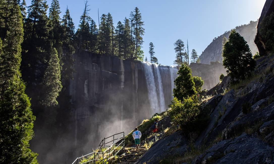 Os visitantes caminham pela Mist Trail, em direção a Vernal Fall, no Parque Nacional de Yosemite Foto: APU GOMES / AFP
