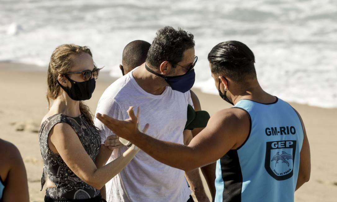 Agente da Guarda Municipal aborda casal na praia do Leblon Foto: Gabriel de Paiva / Agência O Globo