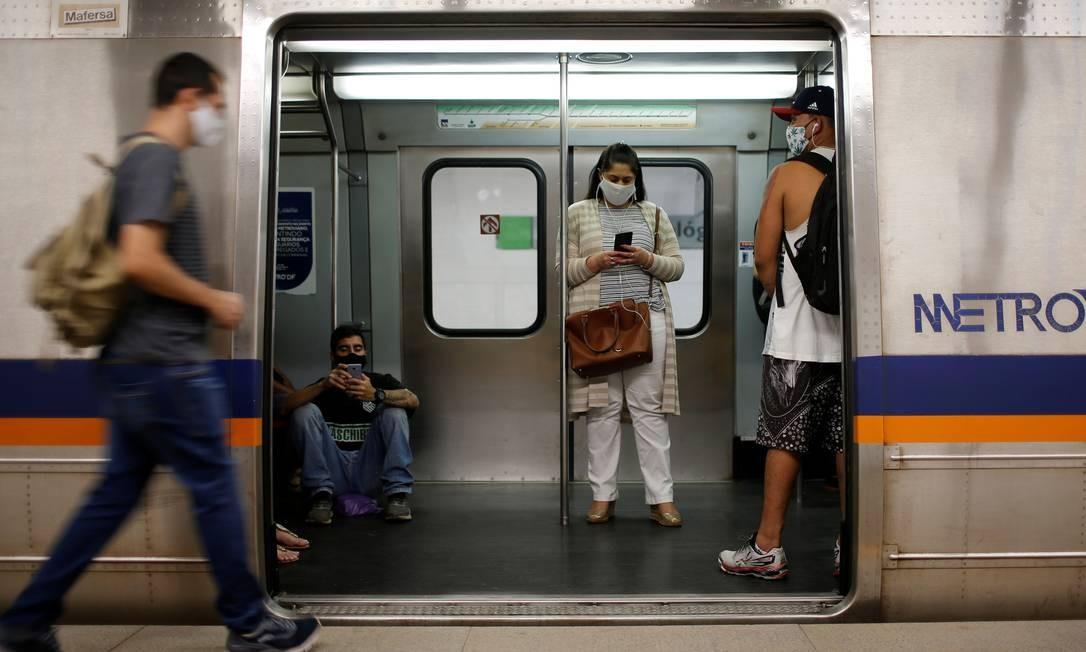 Passageiros usam máscaras contra a covid-19 no metrô de Taguatinga, em Brasília. Foto: ADRIANO MACHADO / REUTERS
