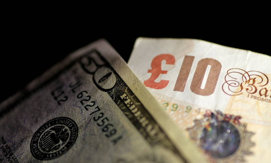 Notas de libras e dólar: economia britânica esboça leve reação. Foto: Thomas White / REUTERS