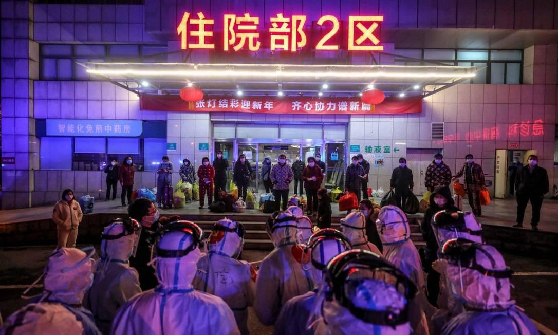 Em março, pacientes esperavam para serem transferidos de hospital em Wuhan Foto: AFP / 3-3-2020