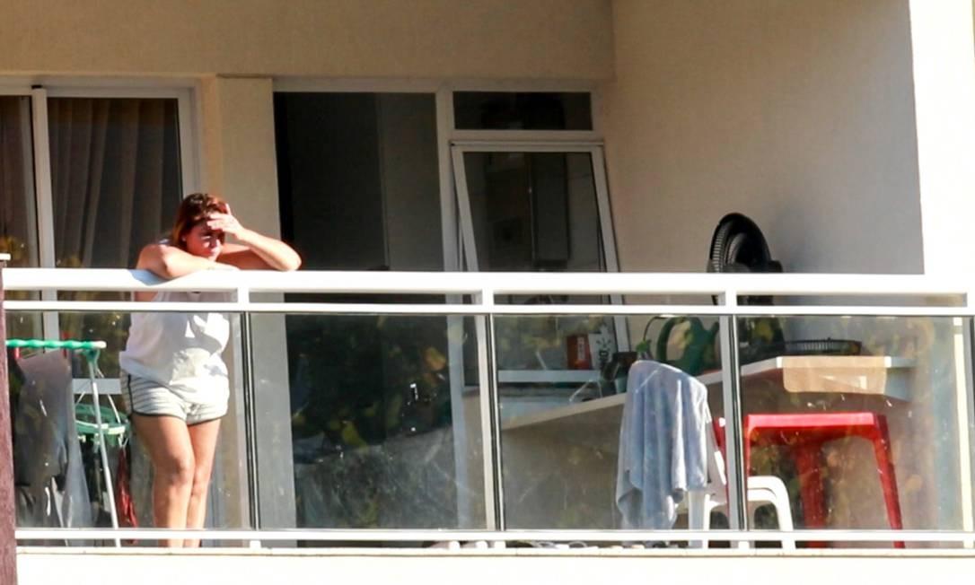 Márcia Aguiar na sacada do apartamento onde cumpre prisão domiciliar com Fabricio Queiroz 13/07/2020 Foto: Betinho Casas Novas