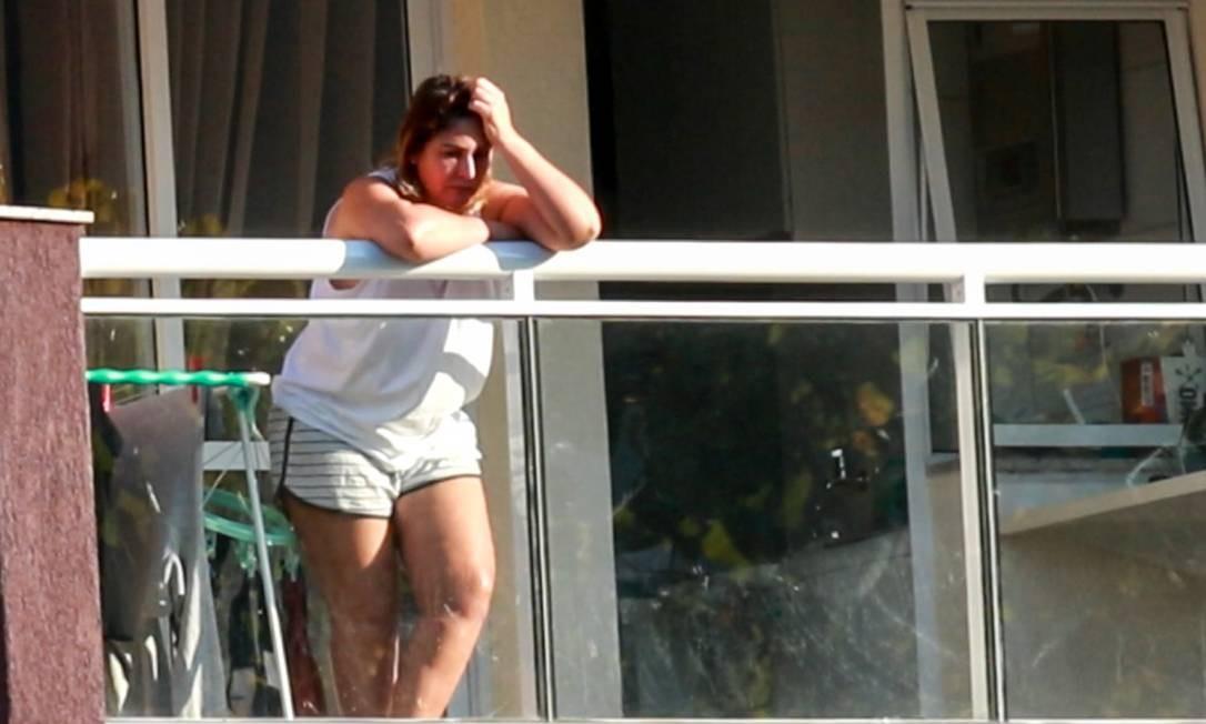 Márcia Aguiar na sacada do apartamento onde cumpre prisão domicilar com Fabricio Queiroz Foto: Betinho Casas Novas