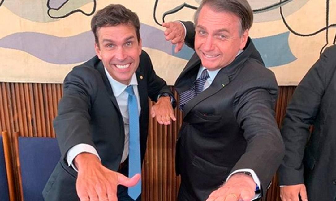 O deputado e nadador Luiz Lima, que disputou a Olimpíada, e o presidente Jair Bolsonaro Foto: Divulgação