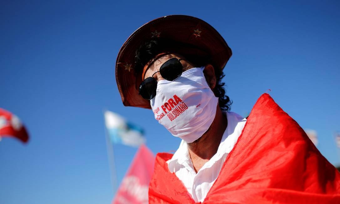"""Manifestante usa máscara de proteção com a mensagem """"fora, Bolsonaro"""" Foto: Adriano Machado / Reuters"""