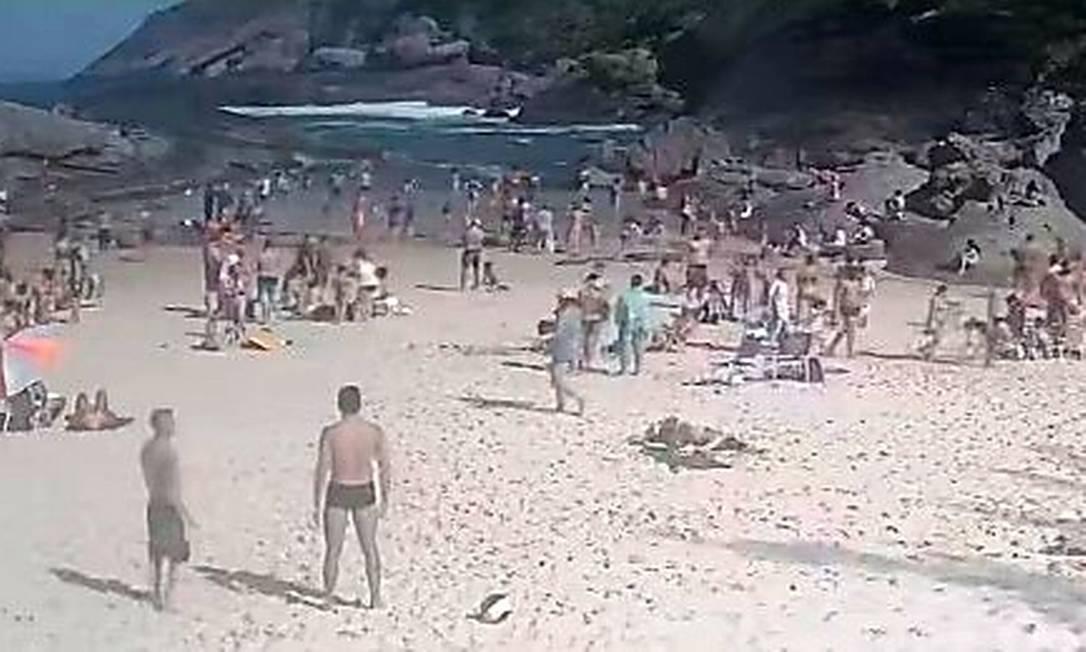 Prainha de Itacoatiara no domingo: imagem captada pela câmera de vídeo da Soami mostra pessoas pegando sol e mergulhando, o que é proibido Foto: Divulgação/Soami
