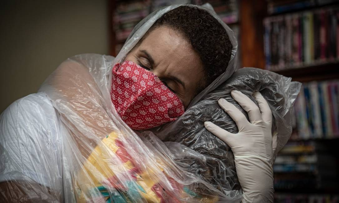 A professora Maura Silva, de 47 anos, se vestiu com capa, capuz, luvas e máscara para reencontrar alunos que só via por videoaulas Foto: ROBERTO MOREYRA / Agência O Globo