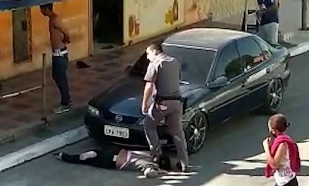 Policial pisou no pescoço da mulher em abordagem na Zona Sul de São Paulo Foto: Reprodução