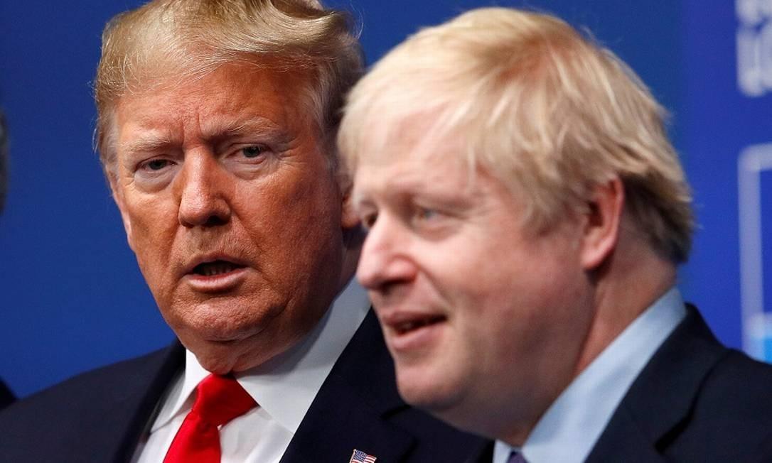 Trump com o premier britânico Boris Johnson: influência indevida, afirma Pequim. Foto: Peter Nicholls / REUTERS
