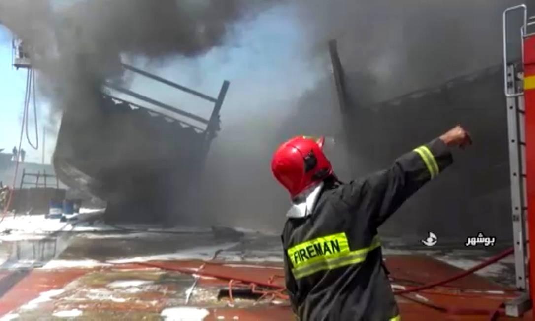 Imagens feitas por TV iraniana mostram bombeiros tentando apagar fogo em navio em um porto do país Foto: Agência de notícias IRIB / via AFP