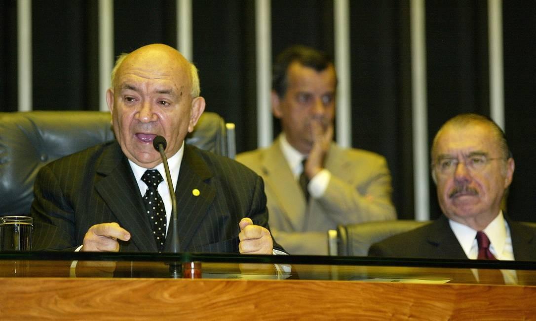 Severino Cavalcanti preside sessão solene na Câmara, ao lado do senador José Sarney (PMDB), em homenagem aso 20 anos da retomada da democracia Foto: Ailton de Freitas / Agência O Globo - 16/03/2005