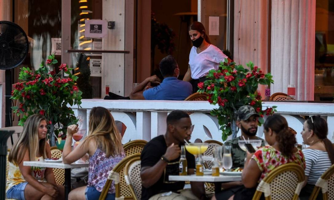Em Miami, na Flórida, restaurantes estão abertos mesmo em meio ao aumento de casos Foto: CHANDAN KHANNA / AFP / 14-7-2020