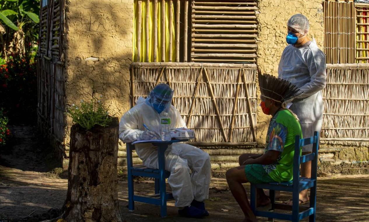 Profissionais de saúde do governo realizam um teste rápido para Covid-19 no chefe Leno da tribo Kunaruara, em sua aldeia ao lado do rio Tapajos, no município de Santarém, no oeste do estado do Pará Foto: TARSO SARRAF / AFP