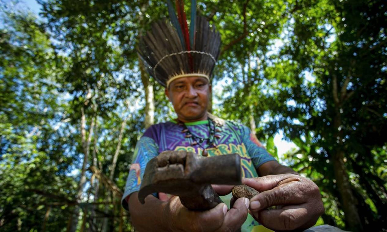 O chefe Leno da tribo Kunaruara faz um remédio natural com infusão de mel em sua aldeia ao lado do rio Tapajós, no município de Santarém Foto: TARSO SARRAF / AFP