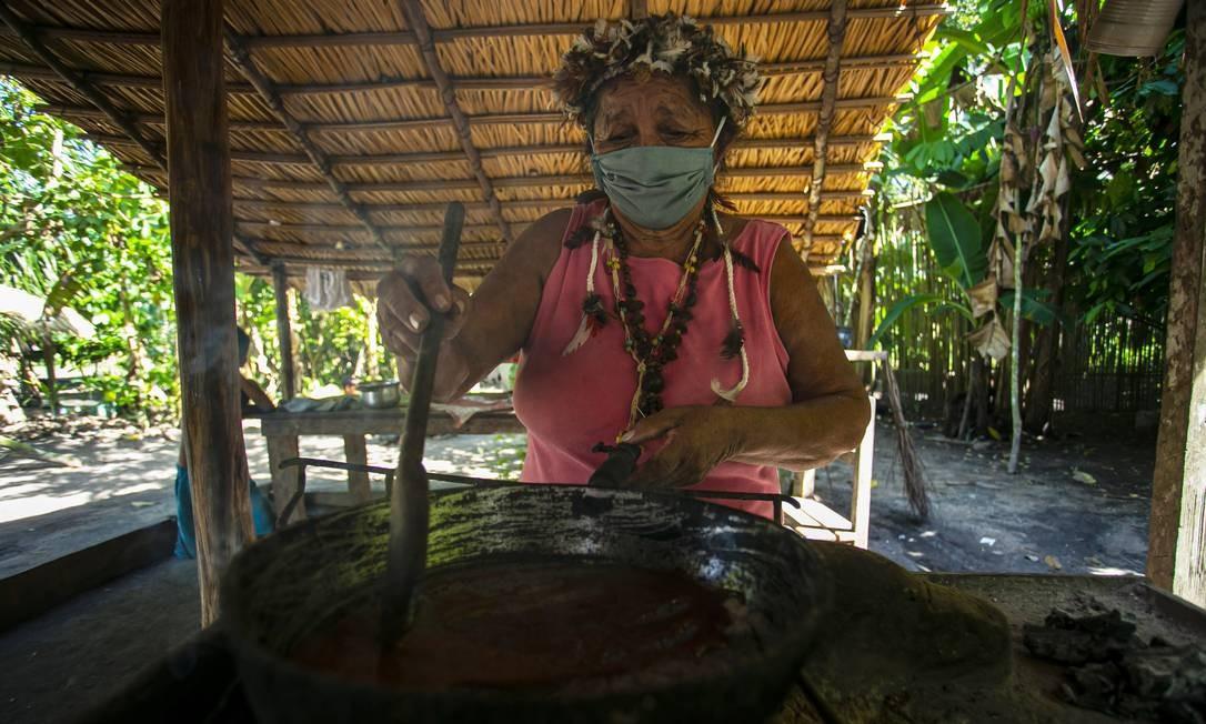 Paje Suzete Kumaruara, da tribo Kunaruara, prepara um remédio natural em sua aldeia ao lado do rio Tapajós, no município de Santarém, no oeste do estado do Pará Foto: TARSO SARRAF / AFP